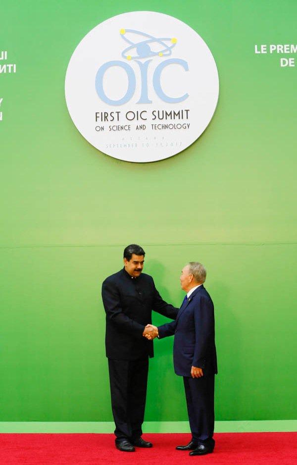 Al momento de ser recibido en la Cumbre