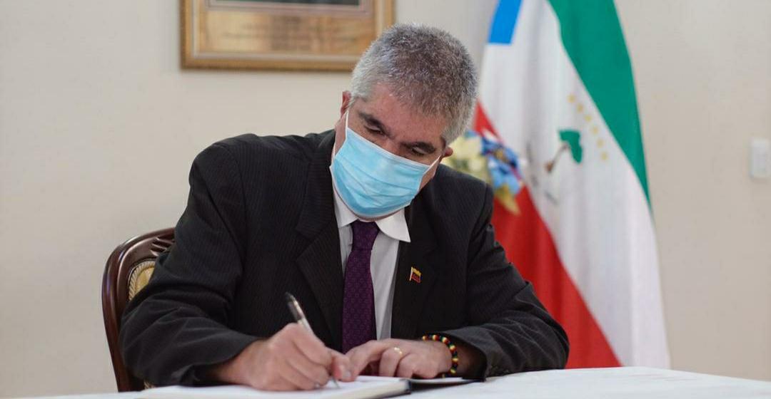 Viceministro Pimentel firma libro de condolencias por víctimas de explosión ocurrida en la ciudad de Bata