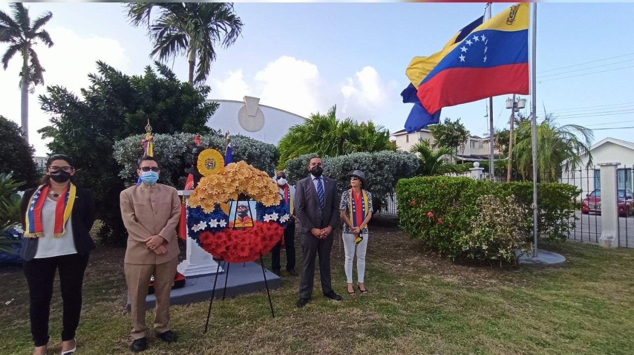 Embajada de Venezuela en Barbados realiza ofrenda floral para conmemorar natalicio del Libertador