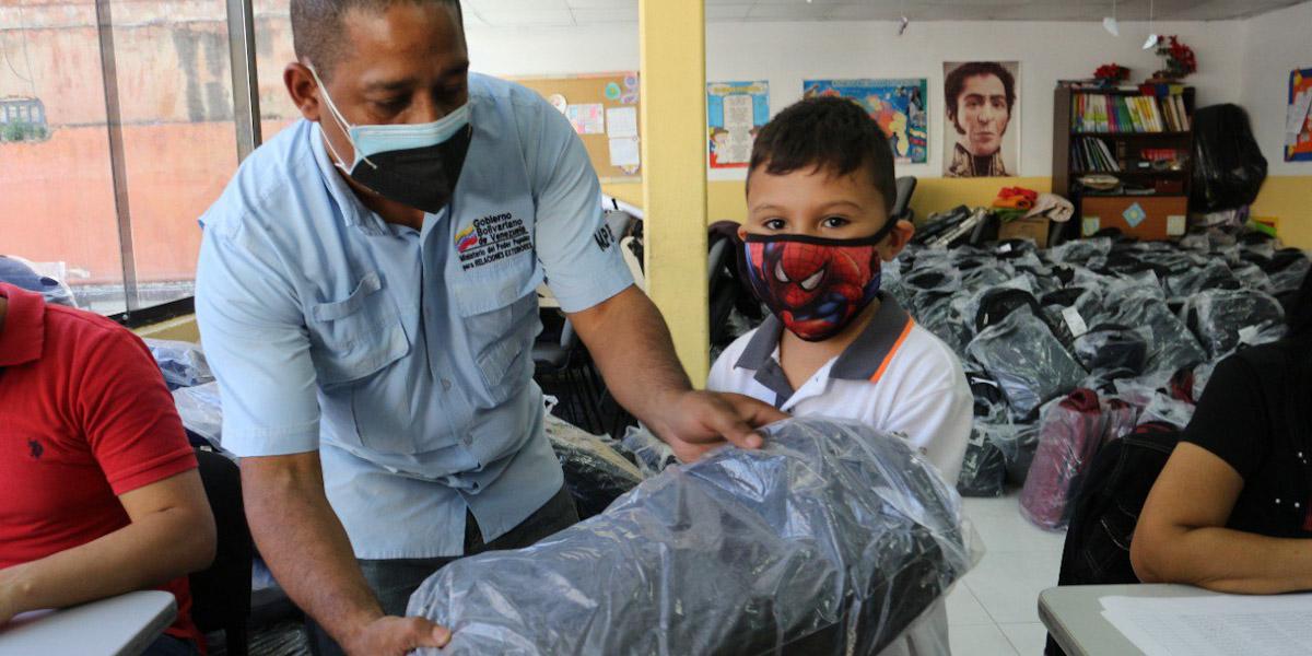 Hijos de los trabajadores de la Cancillería venezolana reciben donación de bolsos escolares